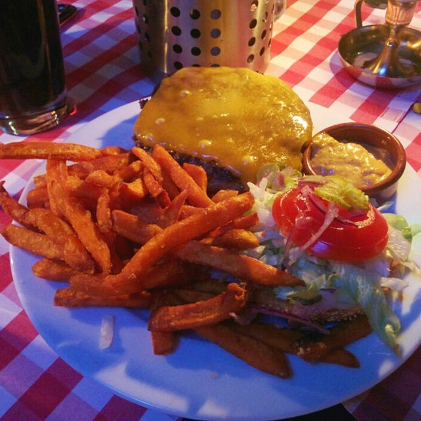 Awesome hamburgers!! Try also the nachos ;)