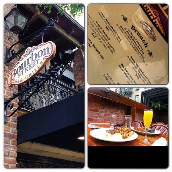 Foto tirada no(a) Bourbon Street Bar & Grille por NYC Brunch Babes em 9/15/2013