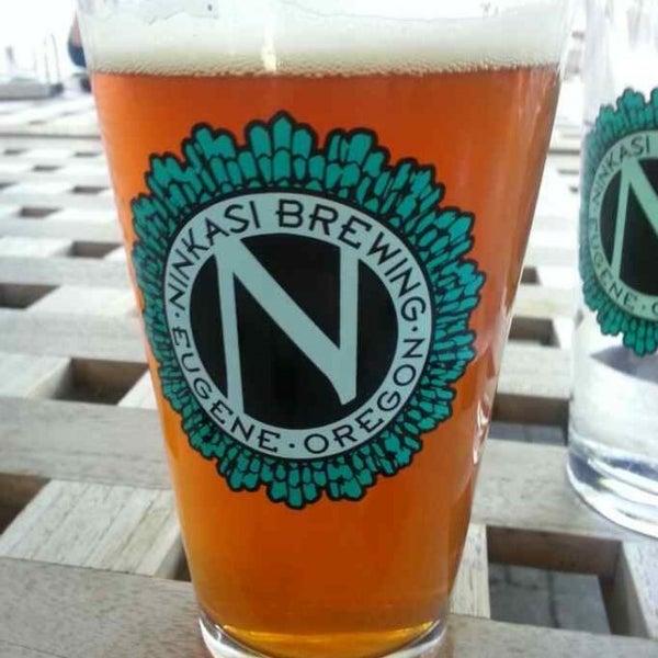 รูปภาพถ่ายที่ Ninkasi Brewing Tasting Room โดย Paul M. เมื่อ 7/6/2013