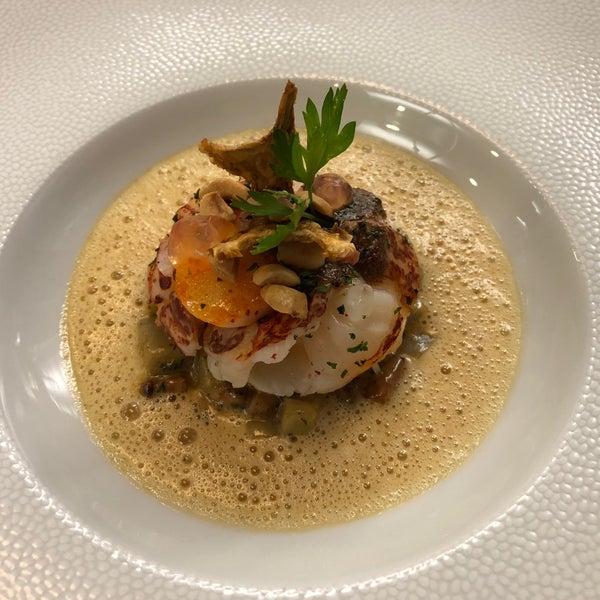 Mené de main de maître par Chef Damien Coche et Esteban Vallé, ce restaurant gastronomique fait une cuisine dont la complexité n'enlève rien au délice. L'écrin de la campagne genevoise est ravissant.