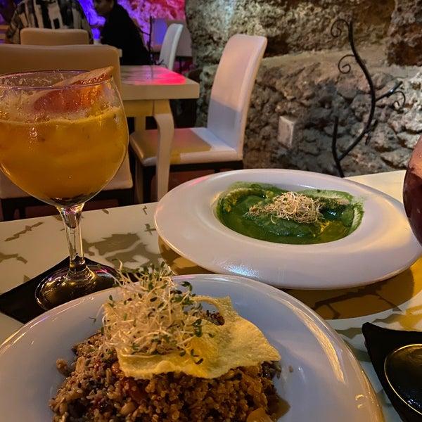 Romántico y diferente. Pocas opciones vegetarianas pero las que sirven son muy ricas. Me encantaron los cócteles sin alcohol.
