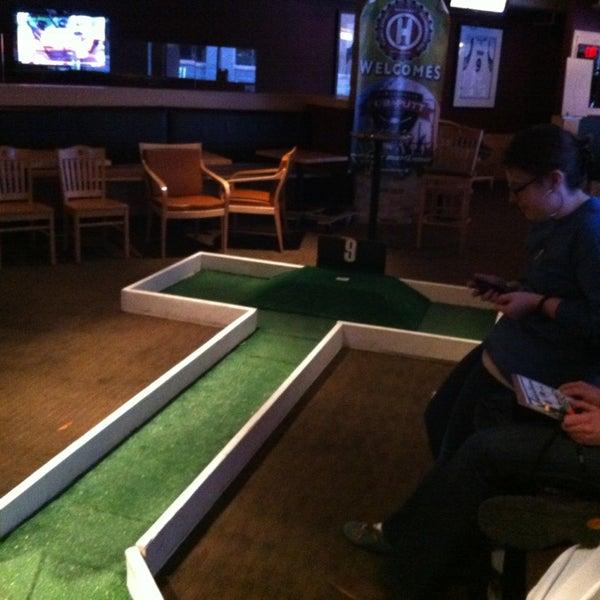 Foto tirada no(a) Huberts Sports Bar & Grill por Jon H. em 3/2/2013