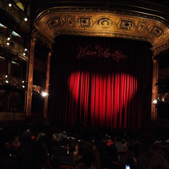 Un hermoso teatro, decorado con un estilo clásico italiano. Es muy cómodo y tiene buena acústica. Imperdible para los amantes del teatro.