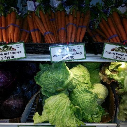 Foto tirada no(a) Westerly Natural Market por Michael G. em 12/29/2012