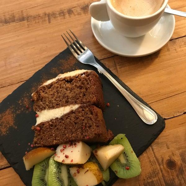 Vegan carrot cake y cafe con leche de avena. Muchas opciones y muy rico!!