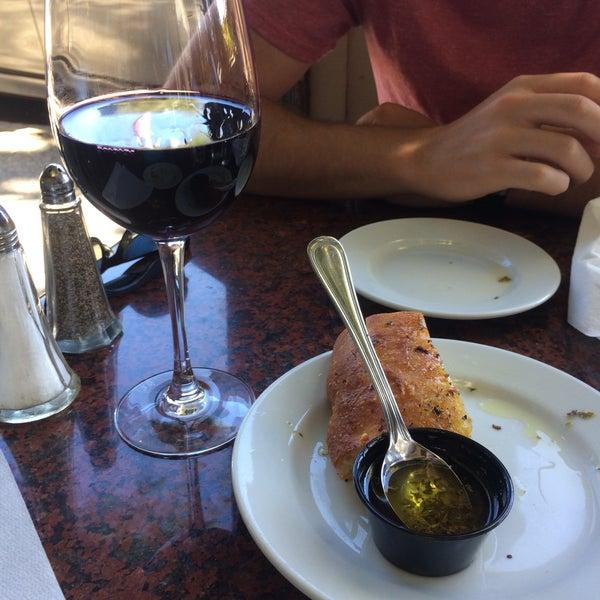 Foto scattata a Los Olivos Wine Merchant Cafe da Ashley P. il 11/3/2017