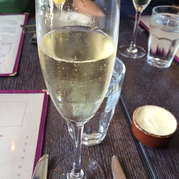 Photo prise au NoPa Kitchen + Bar par Gina C. le7/13/2014
