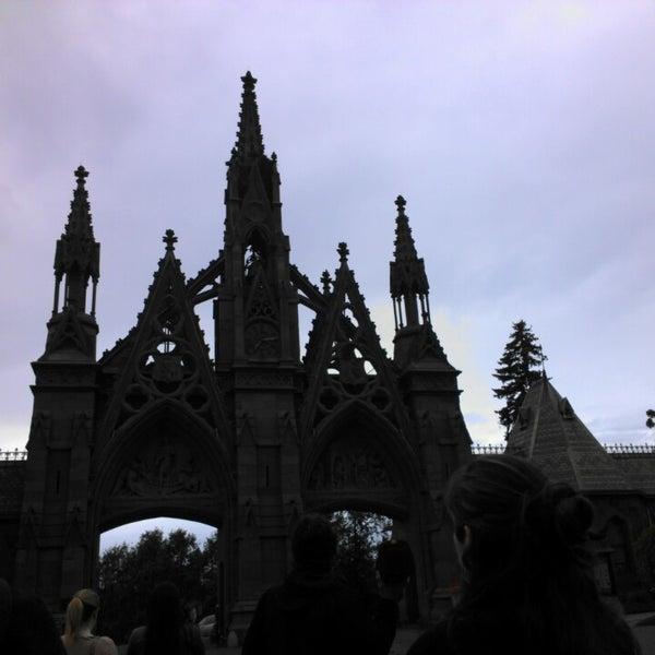 Foto tomada en Green-Wood Cemetery por Maggi P. el 5/19/2013