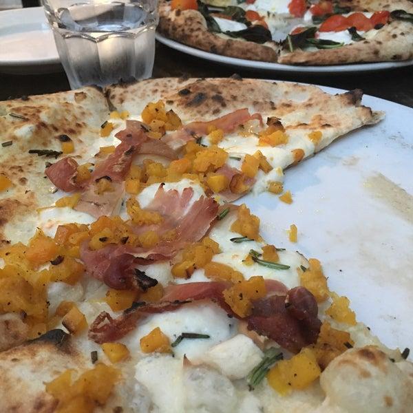 รูปภาพถ่ายที่ Sottocasa Pizzeria โดย Geoffrey T. เมื่อ 10/15/2017
