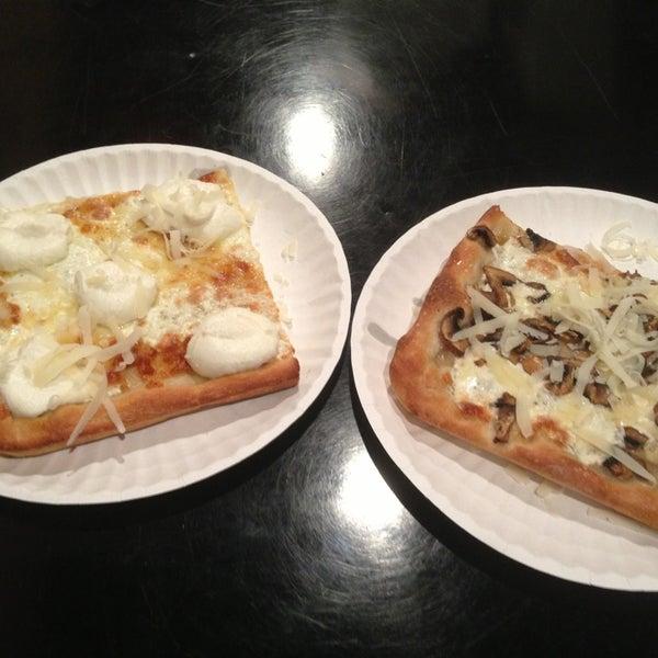 Foto tomada en Nonna's L.E.S. Pizzeria por Itai N. el 3/21/2013