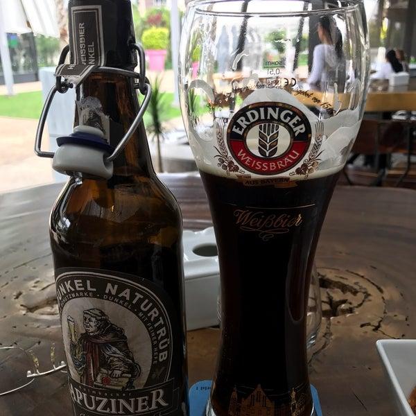 Buen surtido de cervezas, tantas que no sabes cuál elegir... Pedí una Kapuziner Weissbier Dunkel, como debe ser bien fría... Una botana de carnitas de Rib Eye, que estoy esperando, probaremos...