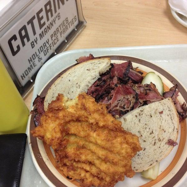 Foto diambil di Manny's Cafeteria & Delicatessen oleh Don MoukY pada 12/22/2012