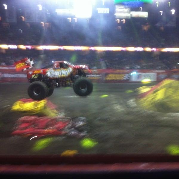 รูปภาพถ่ายที่ Allstate Arena โดย Tom P. เมื่อ 2/10/2013