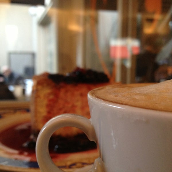 Снимок сделан в Mark's Deli & Coffee House пользователем David L. 6/8/2013
