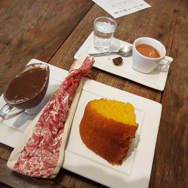 O bolo de cenoura e o café são muito bons. Recomendo.