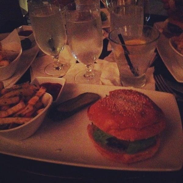 Foto tirada no(a) Nine-Ten Restaurant and Bar por Juan P. em 6/22/2014
