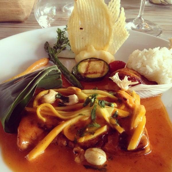 La sopa de coco tierno, una delicia. El pescado Thai (pide el robalo) en adobo tailandés con mango y nueces de la India es imperdible. De postre: el chile relleno de mousse de guayaba.