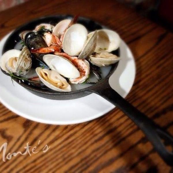 Foto diambil di Monte's Restaurant oleh Jenifer R. pada 10/27/2014