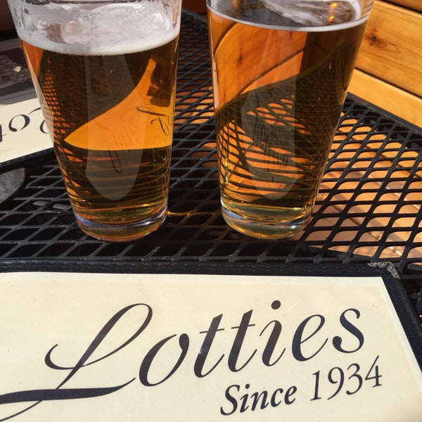 รูปภาพถ่ายที่ Lottie's Pub โดย Kari F. เมื่อ 4/1/2017