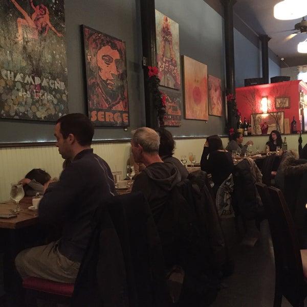 Снимок сделан в Le Midi Bar & Restaurant пользователем Laurence H. 12/17/2016