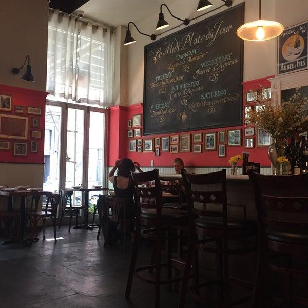 Снимок сделан в Le Midi Bar & Restaurant пользователем Laurence H. 7/16/2016