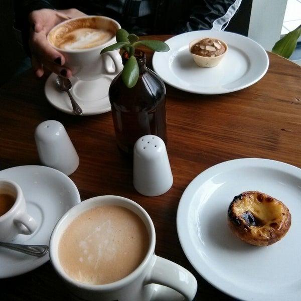 Das Foto wurde bei Cafe St. Jorge von shinycat am 10/27/2013 aufgenommen