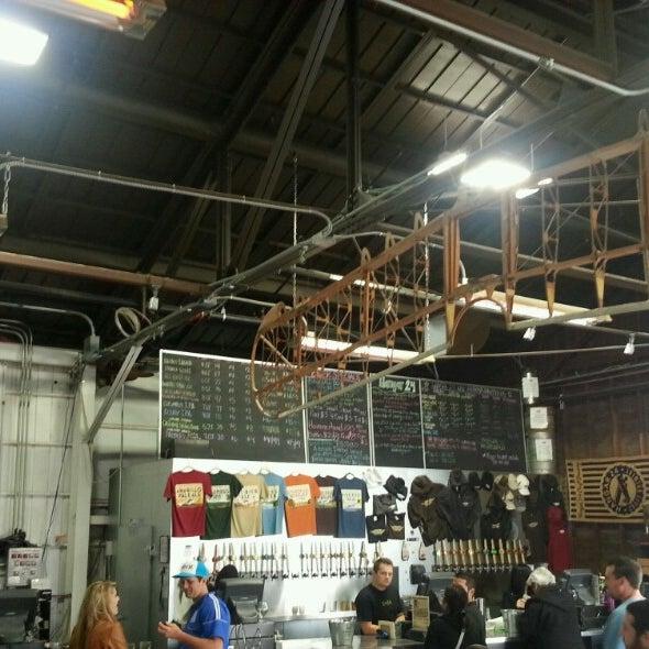 Foto tirada no(a) Hangar 24 Craft Brewery por Johnathan R. em 4/14/2013