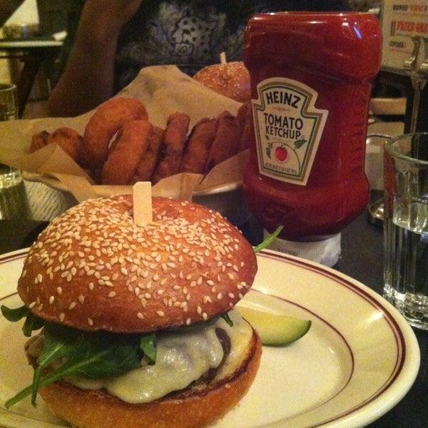 Das Foto wurde bei LT Bar & Grill von Magda C. am 1/10/2013 aufgenommen