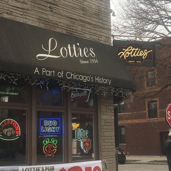 รูปภาพถ่ายที่ Lottie's Pub โดย Laurie G. เมื่อ 4/13/2018