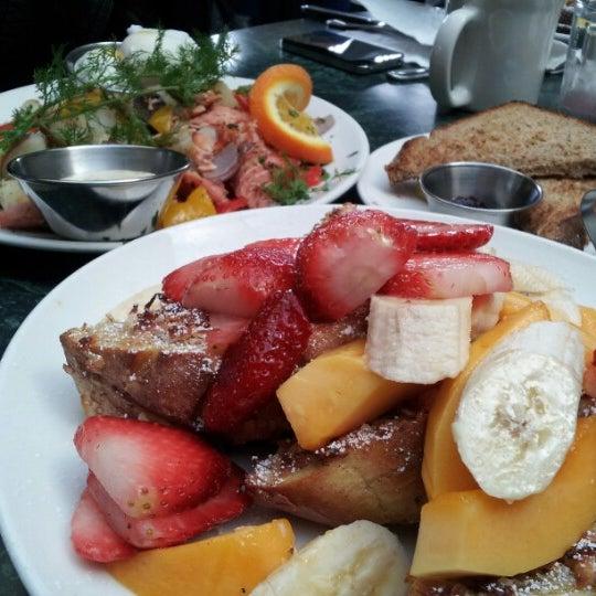 12/23/2012 tarihinde Maryziyaretçi tarafından Plums Cafe and Catering'de çekilen fotoğraf