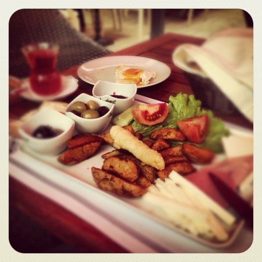 Foto tomada en Del Moon Coffee & Food & Hookah por Bora C. el 10/19/2012