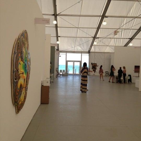 Foto scattata a UNTITLED. Art Fair da Eduardo M. il 12/9/2012