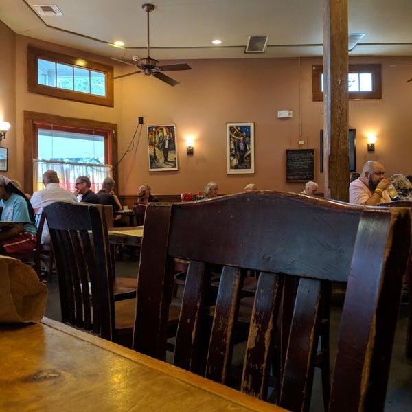 Photo taken at Mandina's Restaurant by jbrotherlove on 9/3/2018