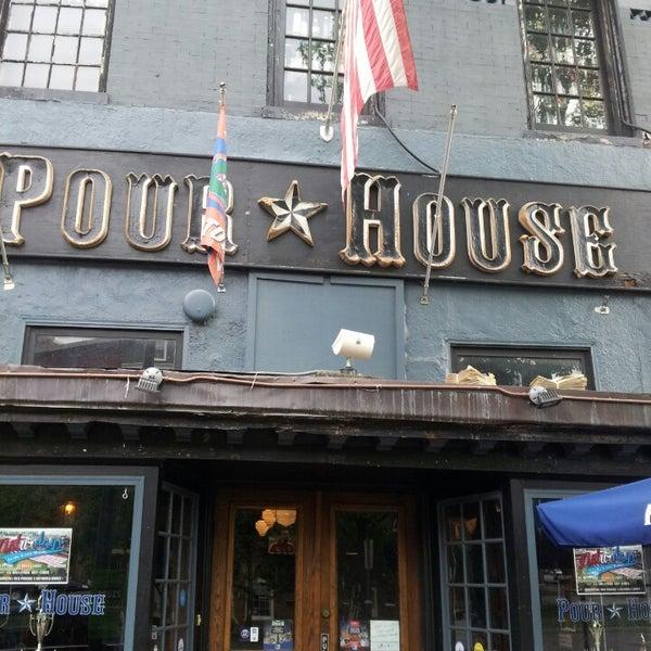 Photo prise au The Pour House par Jason H. le6/16/2013