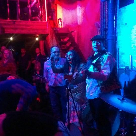 Photo prise au Mehanata Bulgarian Bar par Sarah M. le3/24/2013
