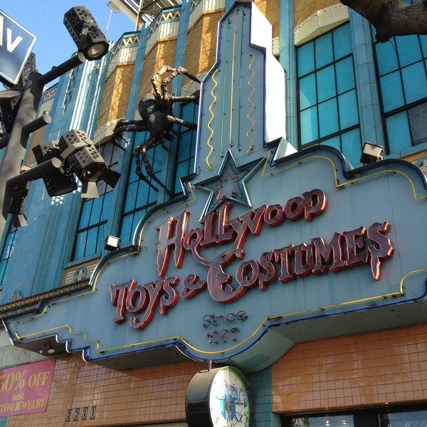 Das Foto wurde bei Hollywood Toys & Costumes von Roxanne R. am 5/3/2013 aufgenommen