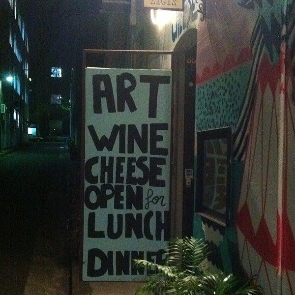 Foto tirada no(a) Zigi's Wine & Cheese Bar por Paul W. em 5/22/2014
