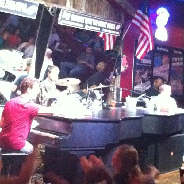 Das Foto wurde bei Shout House Dueling Pianos von Mara D. am 8/18/2013 aufgenommen