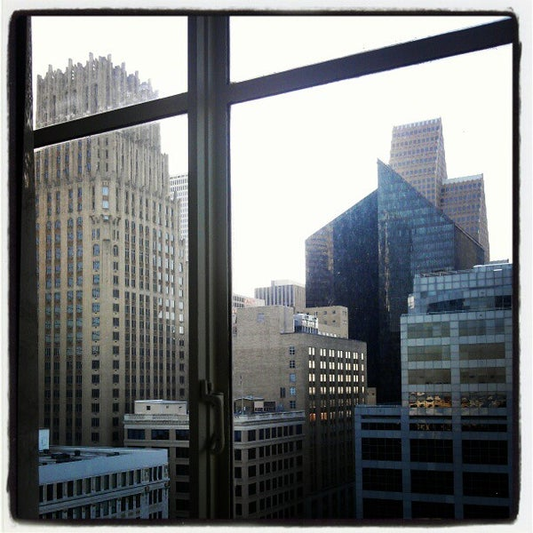 รูปภาพถ่ายที่ Magnolia Hotel โดย Carlos C. เมื่อ 10/19/2012
