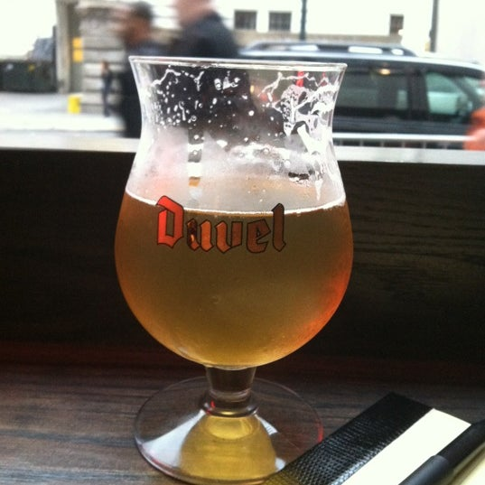 Das Foto wurde bei LT Bar & Grill von Sam J. am 10/25/2012 aufgenommen