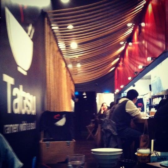 11/15/2012 tarihinde Richard C.ziyaretçi tarafından Tatsu Ramen'de çekilen fotoğraf