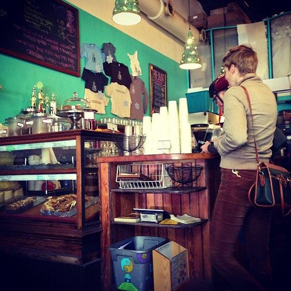 Снимок сделан в Sentient Bean пользователем Ashley H. 11/24/2012