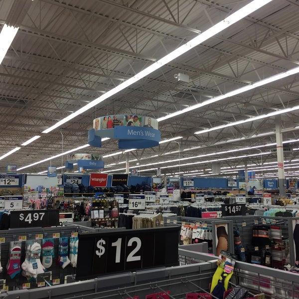 Das Foto wurde bei Walmart von Camilo F. am 7/8/2017 aufgenommen