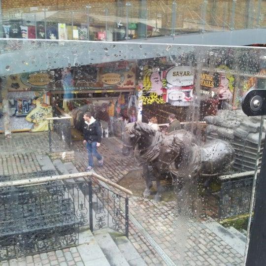 Foto tirada no(a) Camden Stables Market por Maurizio M. em 11/17/2012