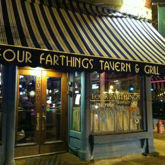 Foto tirada no(a) Four Farthings Tavern & Grill por Melissa K. em 11/4/2012