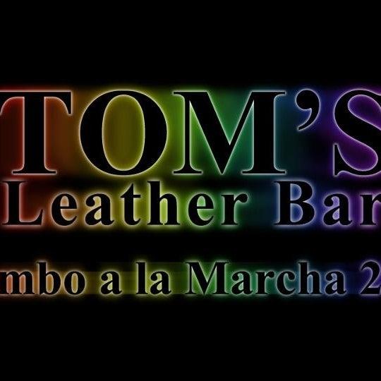 Das Foto wurde bei TOM'S Leather Bar von Miguel Antonio P. am 5/20/2013 aufgenommen