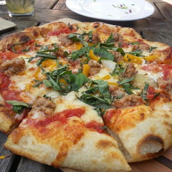 2/16/2013 tarihinde Louie T.ziyaretçi tarafından The Luggage Room Pizzeria'de çekilen fotoğraf