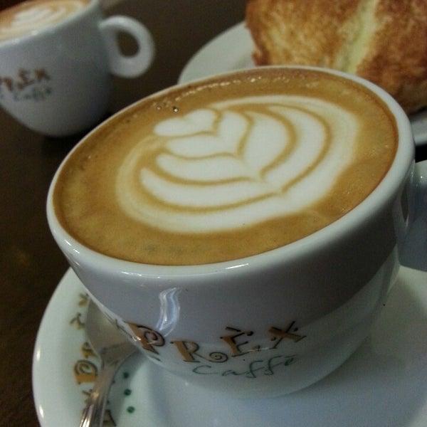 รูปภาพถ่ายที่ Exprèx Caffè โดย Roberto T. เมื่อ 7/12/2013