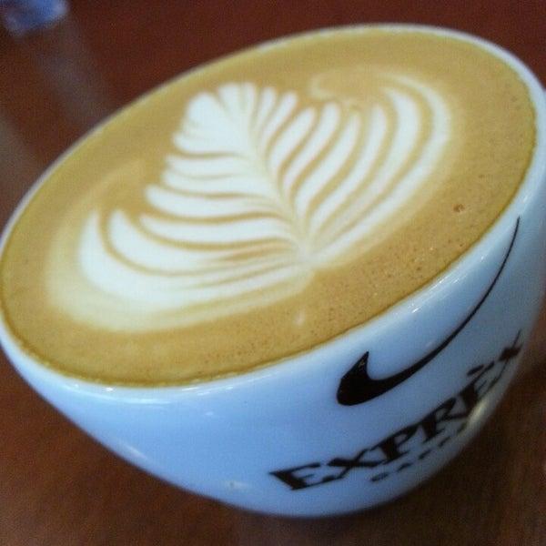 รูปภาพถ่ายที่ Exprèx Caffè โดย Roberto T. เมื่อ 5/27/2013