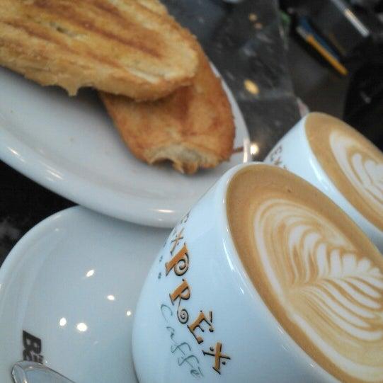 รูปภาพถ่ายที่ Exprèx Caffè โดย Roberto T. เมื่อ 9/3/2014